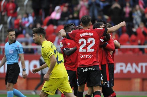 Los jugadores del Mallorca se abrazan para celebra un gol durante su último partido en Son Moix contra el Villarreal.