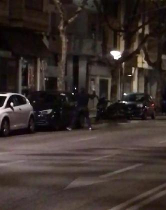 Los vecinos se percataron de la acción del joven y llamaron a la policía.