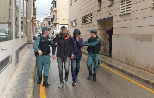 Dos de los detenidos, llegando a los juzgados de Inca.