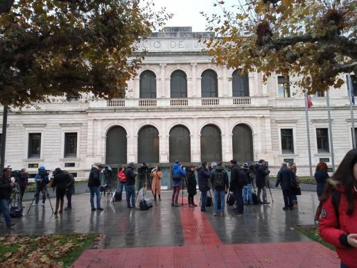 Los medios de comunicación a las puertas de la Audiencia de Burgos para seguir el juicio a puerta cerrada contra tres exjugadores de La Arandina.