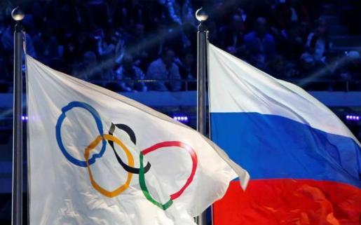 Imagen de las banderas olímpica y de Rusia durante los Juegos de Sochi 2014.