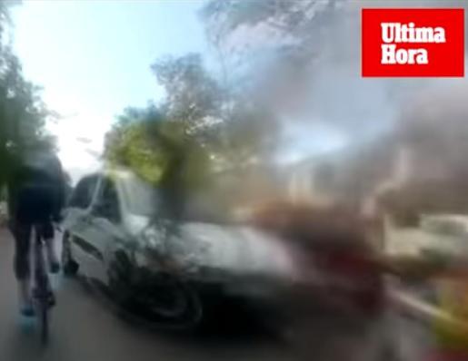 Un fotograma del vídeo en el que se veía cómo la furgoneta arrolló a los ciclistas.