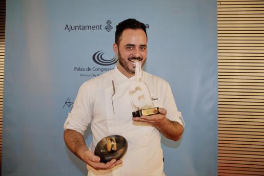 Xema Álvarez, ganador de TaPalma 2019, posa con su premio y su propuesta.