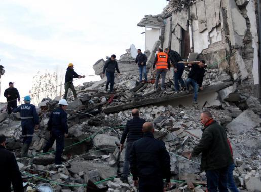 Según el Instituto de Geociencias albanés, el seísmo ocurrió a las 03.54 hora local (02.54 GMT), y su epicentro se localizó en el mar Adriático, 10 kilómetros al norte de la ciudad de Durres, y 40 al oeste de Tirana, con una profundidad de 38 kilómetros.