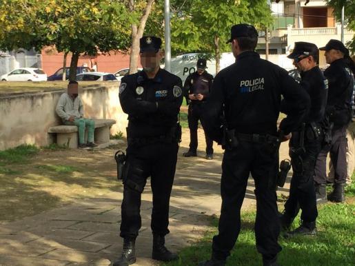 El presunto agresor, rodeado de policías