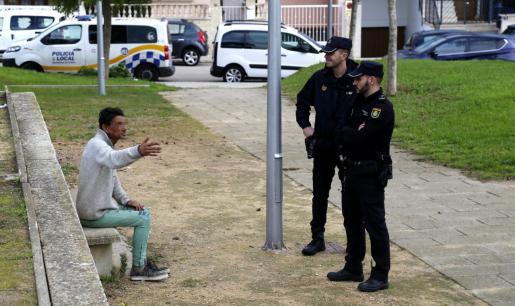 Juan C.M., de 51 años, y apodado 'El conguito', retenido como sospechoso, explica a la policía su versión de los hechos.