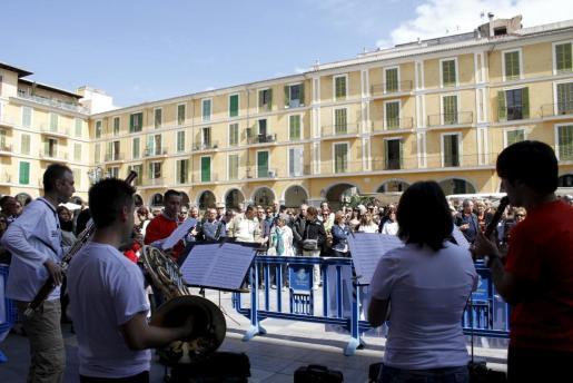 Numeroso público acudió a la plaza Mayor de Palma a disfrutar del concierto protesta de la Simfònica.