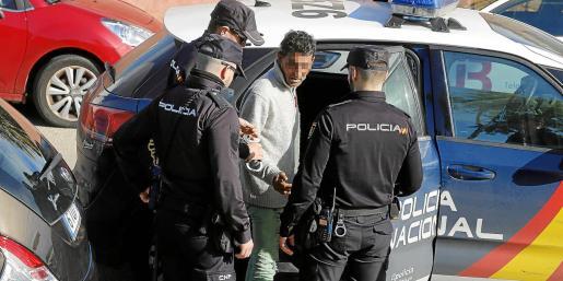 Momento en el que la Policía Nacional pone los grilletes a 'El Conguito', el acusado de quemar a la mujer en el parque de Son Peretó.