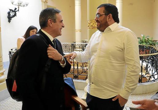 Marí Bosó (izquierda de la imagen) y Vidal coincidieron antes de empezar su comparecencia. Intervinieron por separado pero uno escuchó a otro.