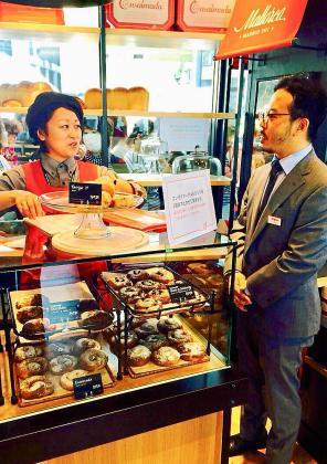 En la imagen, varias ensaimadas dispuestas a la venta. Los 210 yenes que cuesta una ensaimada lisa equivalen a 1,75 euros.