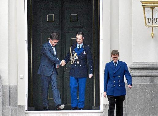 El primer ministro de Holanda abandona el palacio real tras presentar a la reina la dimisión del Gobierno.