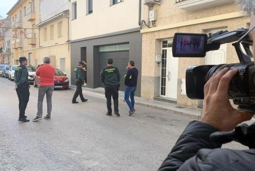 La Guardia Civil registra una vivienda en la localidad valenciana de L'Olleria, donde residió el principal sospechoso.