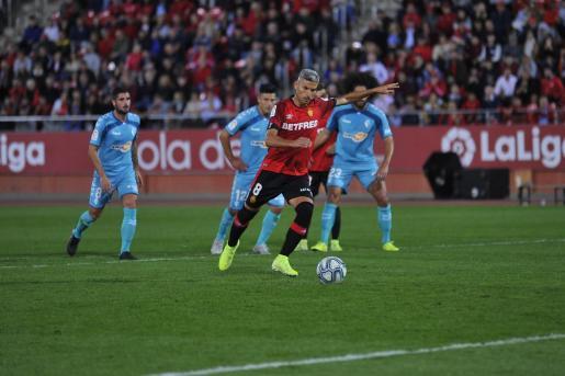Salva Sevilla ejecuta un lanzamiento de penalti en el partido disputado entre el Real Mallorca y Club Atlético Osasuna en Son Moix.