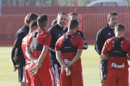 Vicente Moreno se dirige a sus jugadores durante un reciente entrenamiento.