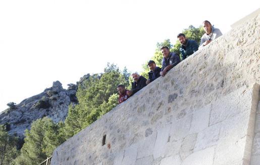 Los 'margers' Llorenç López, Llorenç Busquets, Miquel Estarelles, Lluc Mir, Toni Mateu y Sebastià Vallori, que han reconstruido el talud 'mirador'.