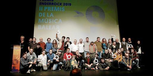 Foto de familia de todos los premiados, este jueves, posando con sus galardones al final de la gala en el Teatre Municipal Xesc Forteza.