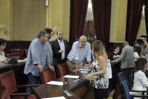 La socialista Francia Armengol habla con sus socios de Més en el Parlament.