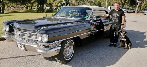 Carlos Lopes junto a su Cadillac DeVille de 1963 y su joven mascota.