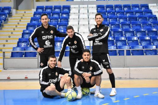 Los jugadores del Palma Futsal Joao, Raúl Campos, Rafa López -arriba-, Lolo y Hamza -abajo- posan en Son Moix.