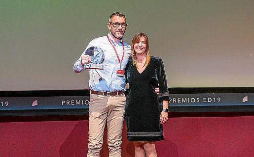 El enfermero galardonado, Juan Carlos Berdeal, con la directora general de Salut Pública, Maria Antònia Font.