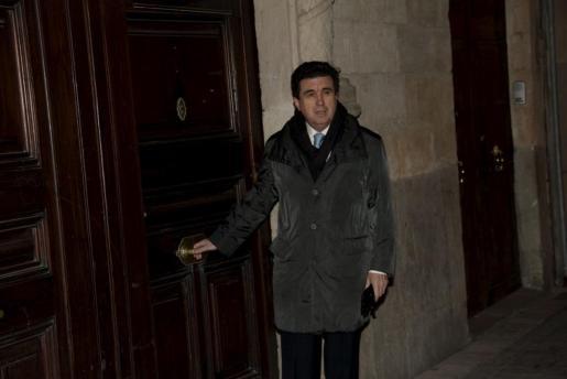 Jaume Matas junto a la entrada del palacete.