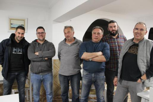 Un grupo de exempleados de la fábrica de Lloseta, con el presidente del comité de empresa