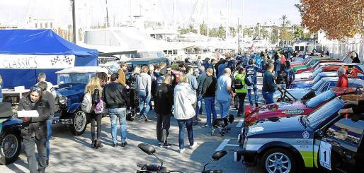 El Moll Vell, donde aparcaron los vehículos de colección,se vio muy animado de público por la mañana.