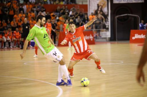 El jugador del Palma Futsal Cartagena pasa un balón durante el partido disputado este sábado en Cartagena.
