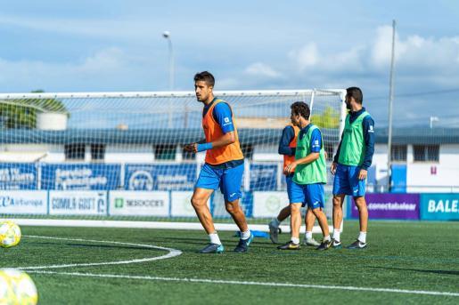 Imagen del centrocampista del Atlético Baleares Alberto Villapalos durante un entrenamiento en Son Malferit.