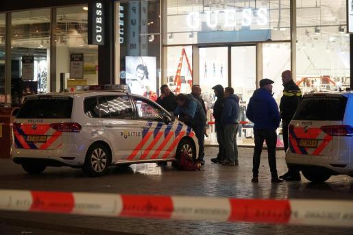 La Policía holandesa ha detenido a un hombre de unos 35 años cerca de la calle comercial de La Haya donde tuvo lugar el apuñalamiento que dejó heridas a tres personas.
