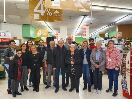 Los vecinos despiden a los empleados de Eroski tras el cierre del supermercado de la Plaza Mayor de Palma.