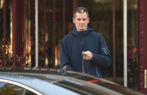 El marido de la infanta Cristina, Iñaki Urdangarin, sale de Hogar Don Orione, donde hace voluntariado, en Pozuelo de Alarcón (Madrid).