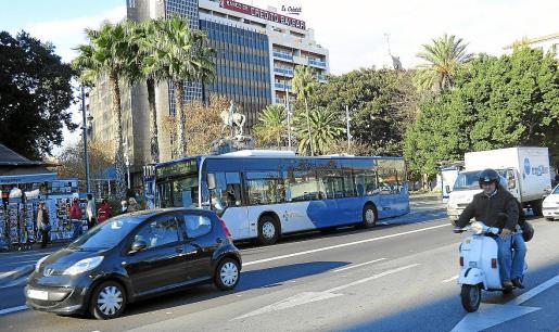 Un autobús de la EMT de Palma circulando frente a la Plaça d'Espanya.