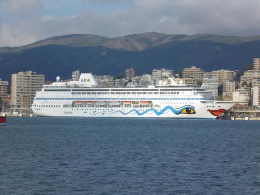 El 'nuevo' Aida Mira', amarrado en Palma tras su bautizo con fuegos artificiales la noche del sábado, antes de zarpar con rumbo a Ciudad del Cabo.