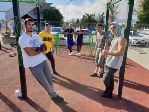 Los jóvenes se reúnen en el parque de calistenia de Son Moix de Palma.