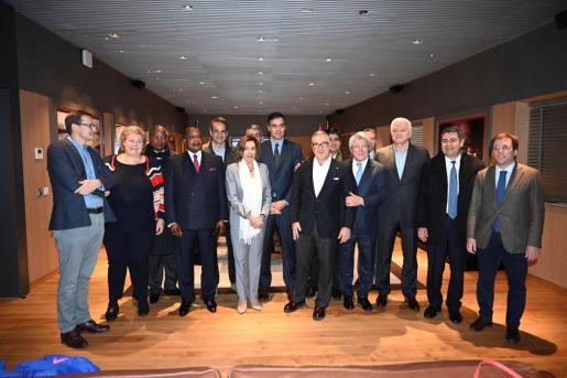 El presidente del Gobierno en funciones Pedro Sánchez y líderes políticos de otros países que acuden a la Cumbre del Clima, posan antes del partido de la decimoquinta jornada de Liga que disputaron el Atlético de Madrid y el Barcelona en el Wanda Metropolitano.