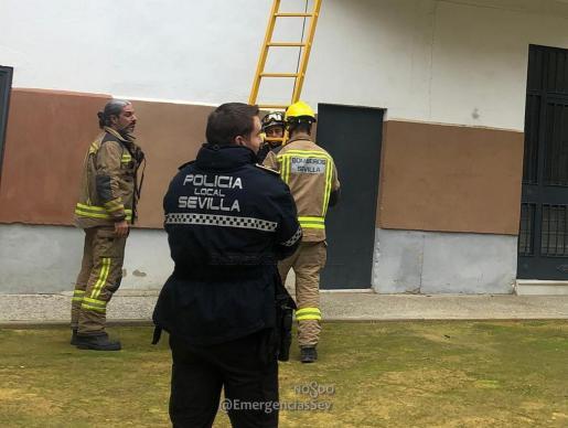La Policía Local y los bomberos actuaron para rescatar a la menor.
