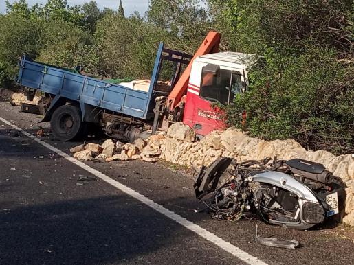 El impacto entre la camioneta y la moto ha sido muy violento.