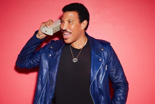 Lionel Richie luce así de joven a sus setenta años.
