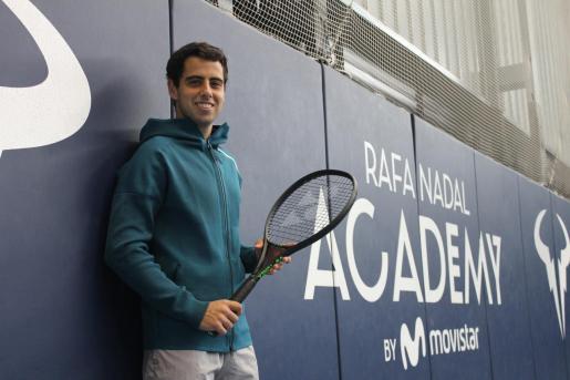 Jaume Munar posa en la pista cubierta de la Rafa Nadal Academy by Movistar en Manacor