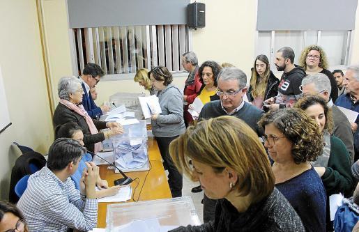 Ante la lentitud del proceso de elección se decidió, en mitad de las votaciones, añadir dos urnas.