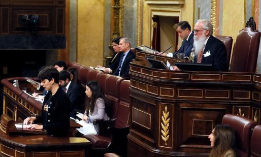 La secretaria de la mesa, Marta Rosique, diputada de ERC, la diputada más joven del hemiciclo, junto al presidente de la Mesa de Edad, Agustín Javier Zamarrón (d), al inicio de la sesión constitutiva de la Cámara Baja.