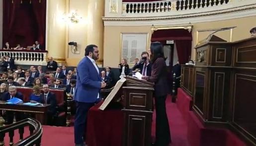 El senador autonómico de MÉS per Mallorca, Vicenç Vidal, prometiendo el cargo.
