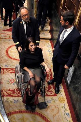 La portavoz del PSOE en el Congreso, Adriana Lastra, abandona el Hemiciclo en silla de ruedas, tras lesionarse un tobillo al tropezar en las escaleras cuando se dirigía a votar en la sesión constitutiva de las Cortes