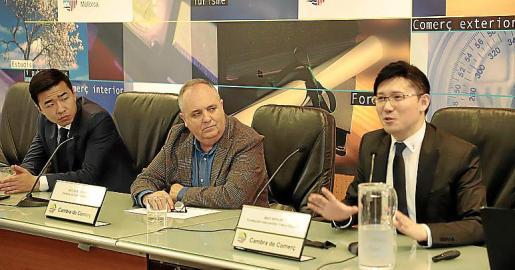 Fang Ji, Antoni Mercant y Mao Wenjin, este martes, en la Cámara.