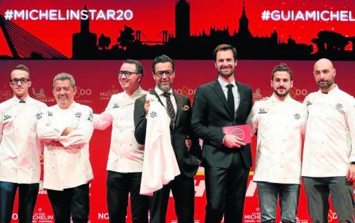 Los cocineros reconocidos con dos estrellas Michelín posan durante la presentación de la Guía Michelín España y Portugal 2020.