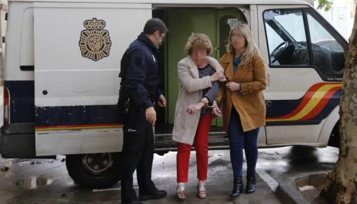 La mujer ha sido detenida por la Policía Nacional.