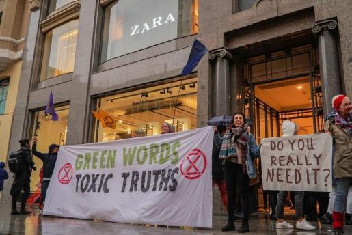Una treintena de activistas ocupa la tienda de Zara en la Gran Vía de Madrid.