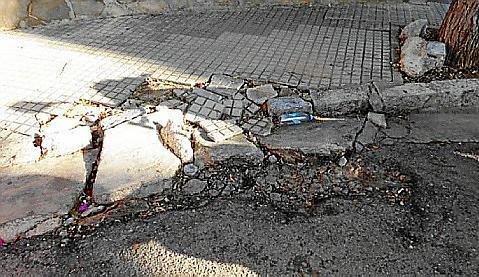 Hoteleros y vecinos denuncian la falta de mantenimiento en las infraestructuras y mobiliario de la Playa de Palma.