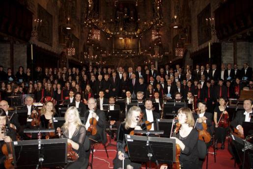 La Reina (al fondo y en el centro) presidió en la Seu un concierto a favor de Projecte Home a cargo de la Orquestra Simfònica de balears y la Coral Universitaria en abril del año pasado.